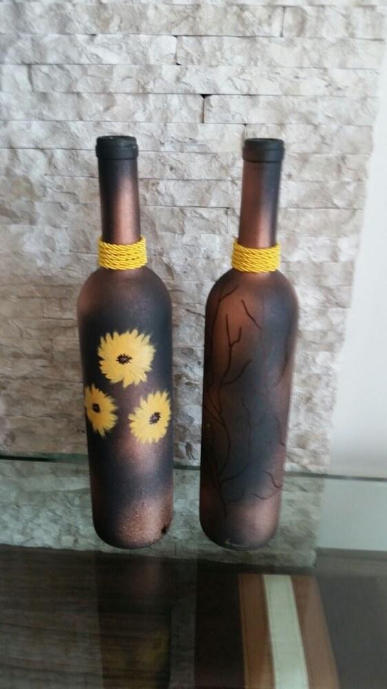 Garrafas decoradas com tinta fosca e flores pintadas