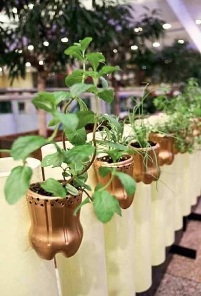 Garrafas decoradas em dourado para horta