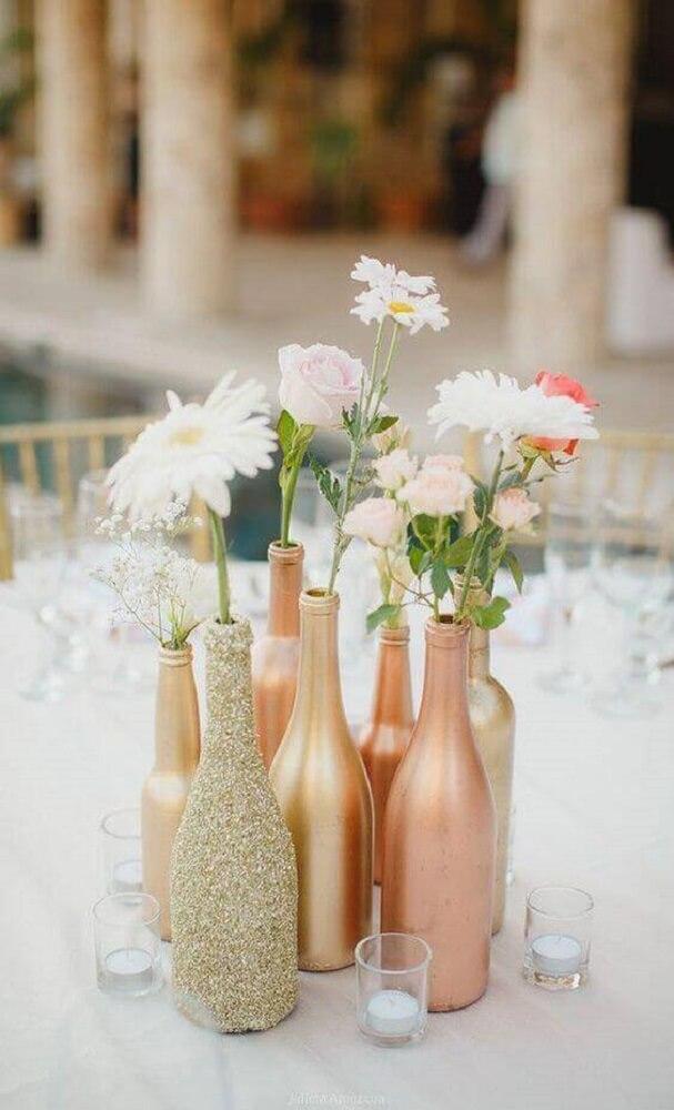 Garrafas decoradas em tom de cobre para casamento
