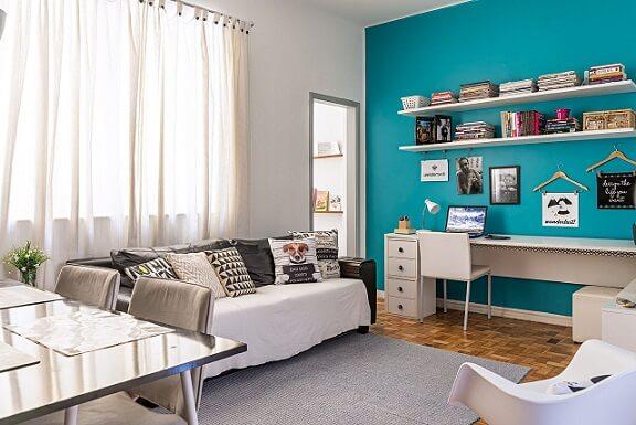 Home office com parede azul turquesa Projeto de Ana Carolina Campos Franca1