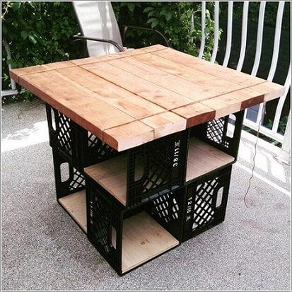 Mesa construída com caixote de feira de plástico e madeira