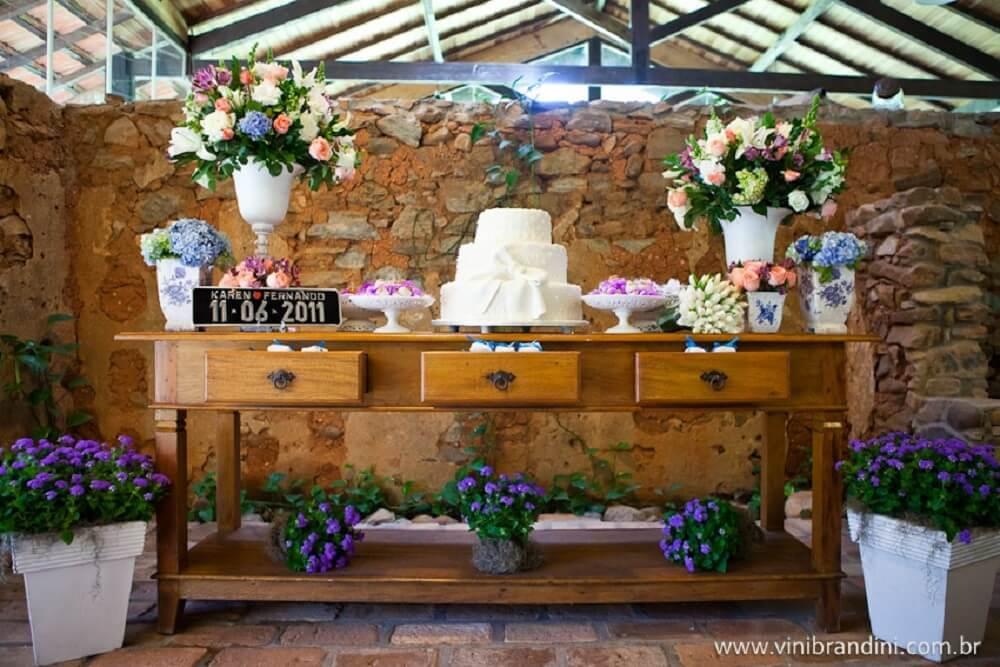 Mesa de casamento decorada com muitas flores
