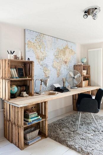 Mesa de escritório feita de caixotes de feira e tampo de madeira