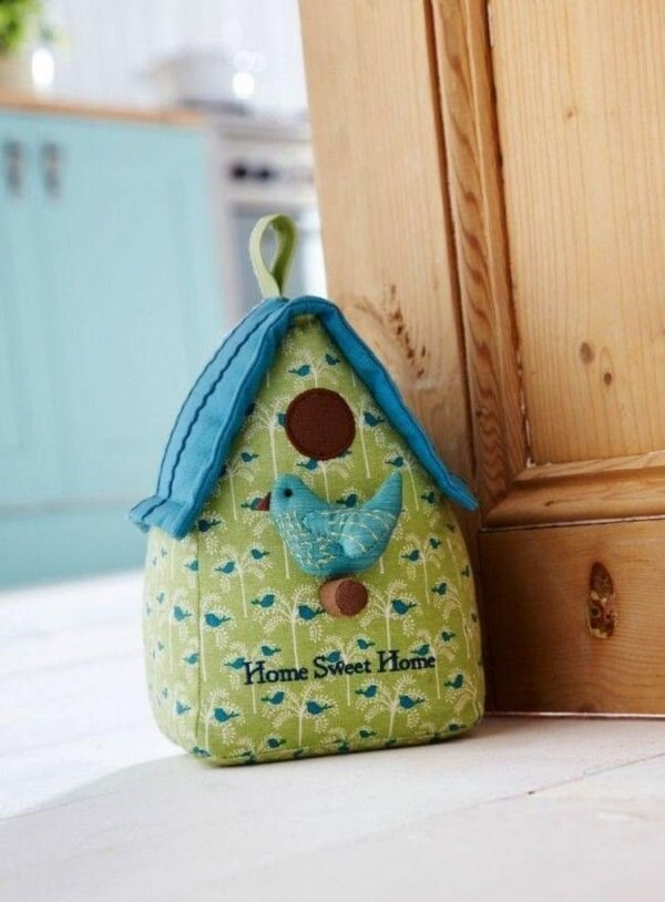 Modelo de peso de porta em formato de casinha. Fonte: The Present Season