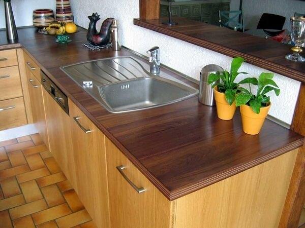 Modelo de pia de cozinha que mescla madeira e inox em sua estrutura