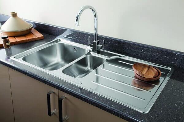 Modelo de pia de cozinha em inox com base em granito