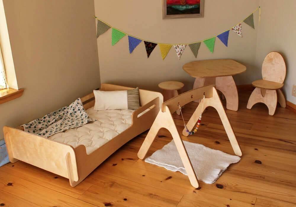 25. Modelo de quarto tumblr com móveis e piso de madeira