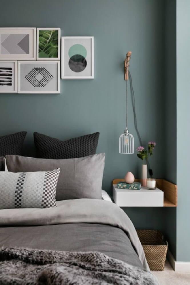 43. Modelo de quarto tumblr com tons de cinza, quadros na cabeceira e luminária minimalista