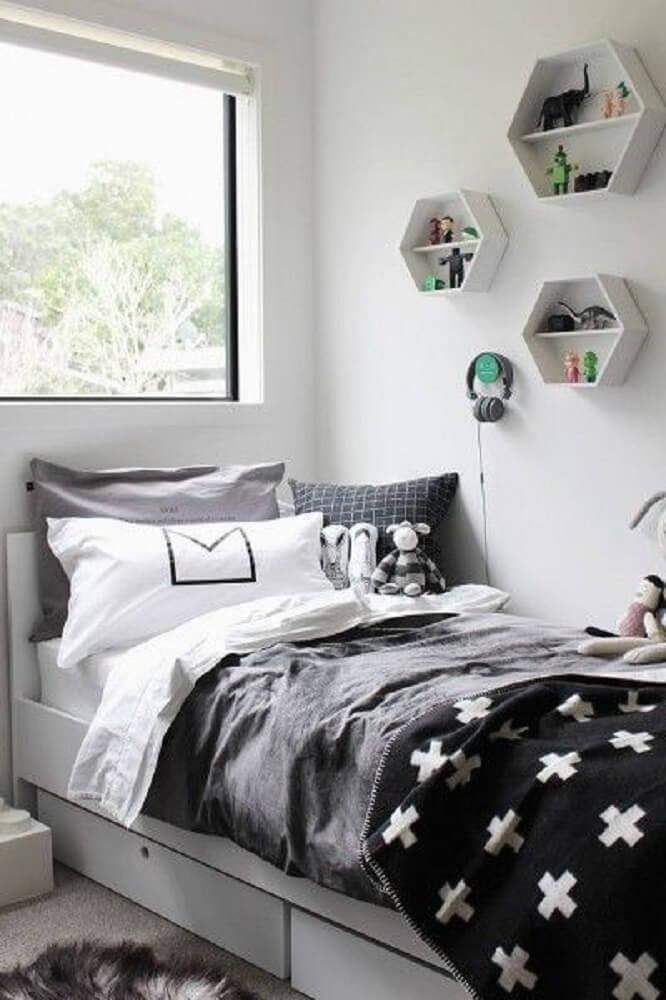 15. Modelo de quarto tumblr em tons de preto e branco e nichos na parede