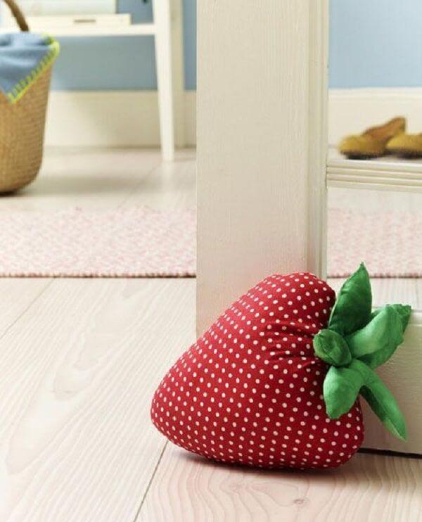 O peso de porta de tecido estampado forma um morango. Fonte: Pinterest