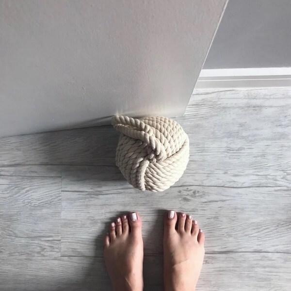 O peso de porta feito com cordas é muito discreto. Fonte: Imagine Um Lar