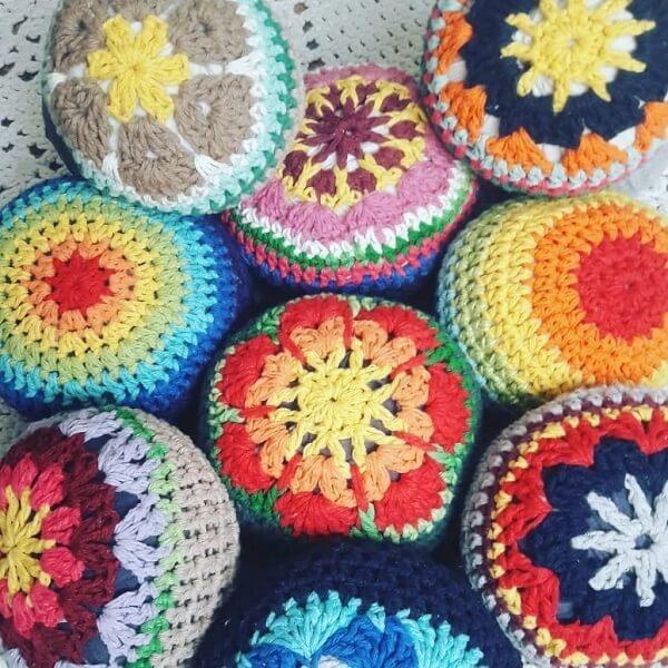 Os pesos de porta coloridos trazem alegria para a decoração. Fonte: Fiando Arte