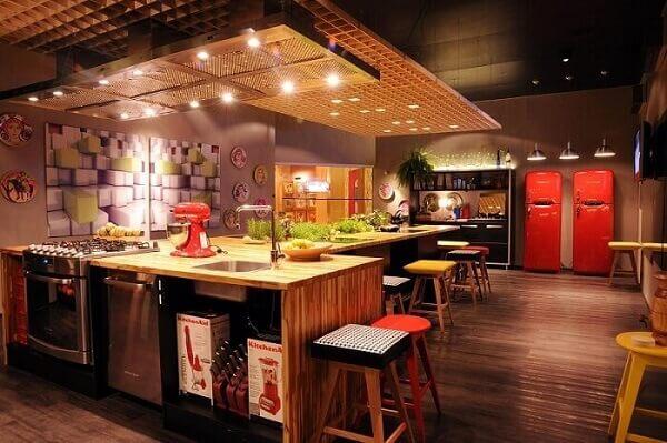 Os revestimentos alternativos, como a madeira, também são opções, para os modelos de pia de cozinha