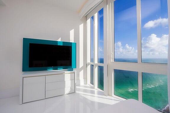 Painel-de-TV-azul-turquesa-Projeto-de-Infinity-Spaces