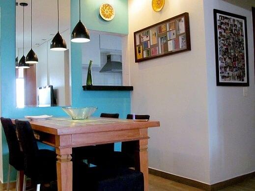 Parede azul turquesa na sala de jantar Projeto de Ionara Oliveira