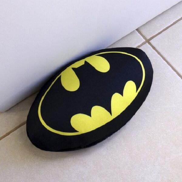 Peso de porta com o símbolo do Batman. Fonte: Elo7