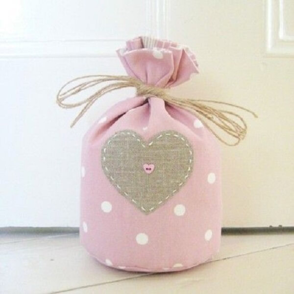 Peso de porta de tecido com design romântico. Fonte: Revista Artesanato