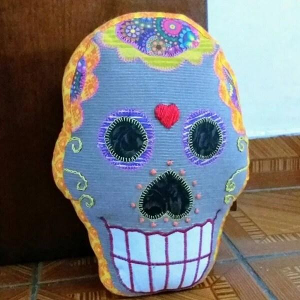 Peso de porta de tecido com imagem de caveira mexicana. Fonte: Kilvia