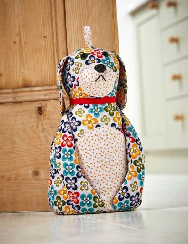 Peso de porta de tecido estampado em formato de cachorro. Fonte: Pinterest