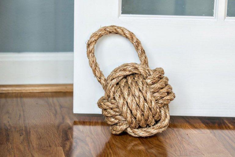 Peso de porta feito com corda é ideal para ambientes mais rústicos