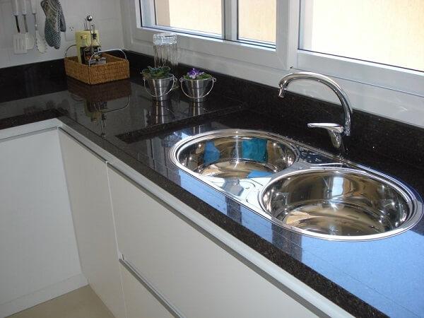 Pia de cozinha com duas cubas feito em granito
