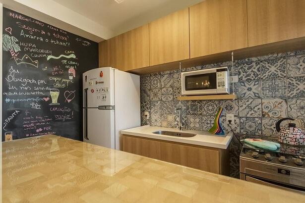 Pia de cozinha de granito branco em cozinha com armários de madeira Projeto de Fernanda Duarte
