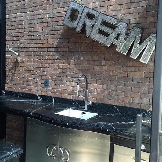 Pia de cozinha de mármore Projeto de Adriana Giacometti