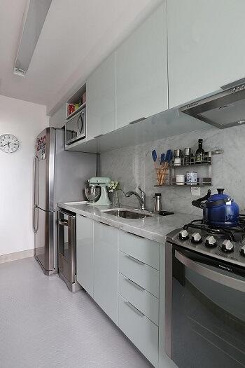 Pia de cozinha de mármore claro em cozinha com predomínio de tons claros Projeto de Mandril Arquitetura
