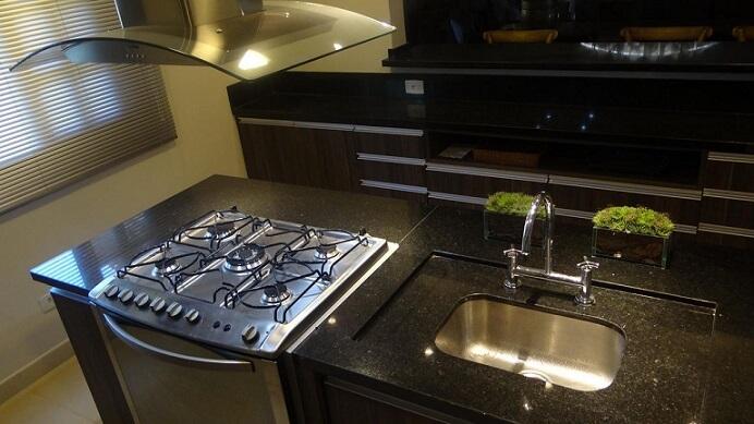 Pia de cozinha de mármore com misturador Projeto de Aureum Arquitetura