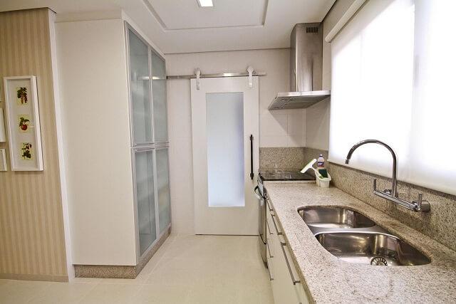 Pia de cozinha de mármore com torneira de parede Projeto de Elizabeth Mar