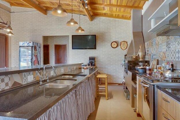 Pia de cozinha dupla de granito em cozinha gourmet Projeto de Juliana Lahoz