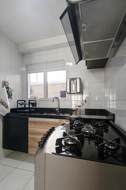 Pia de cozinha dupla de granito em cozinha pequena Projeto de Fernanda Duarte