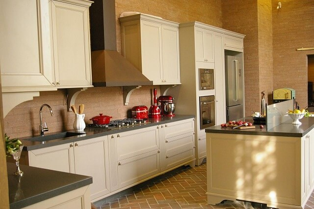 Pia de cozinha em pedra preta em cozinha com bancadas pretas e armários claros Projeto de Adriana Giacometti