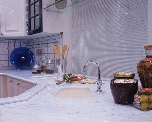 Pia de mármore claro em ambiente com decoração clássica Projeto de Ana Luisa Previde