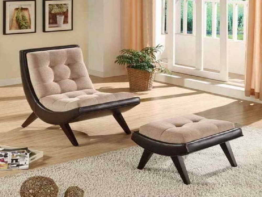 Poltrona de madeira com descanso para os pés