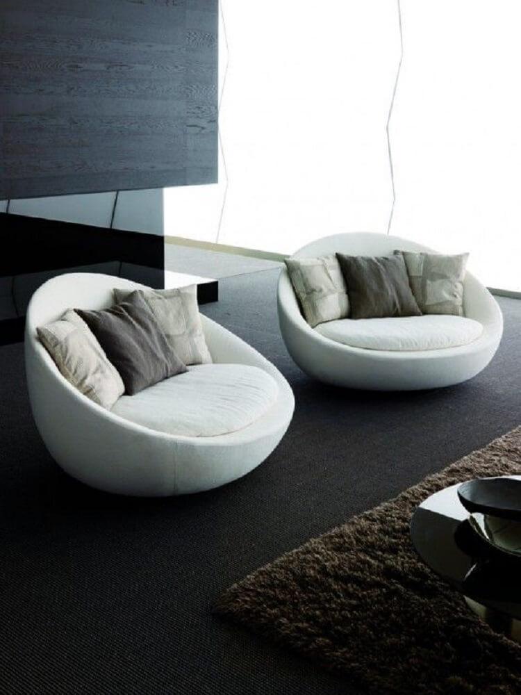Poltrona decorativa grande e confortável