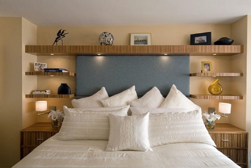 Prateleiras de madeira para quarto de casal