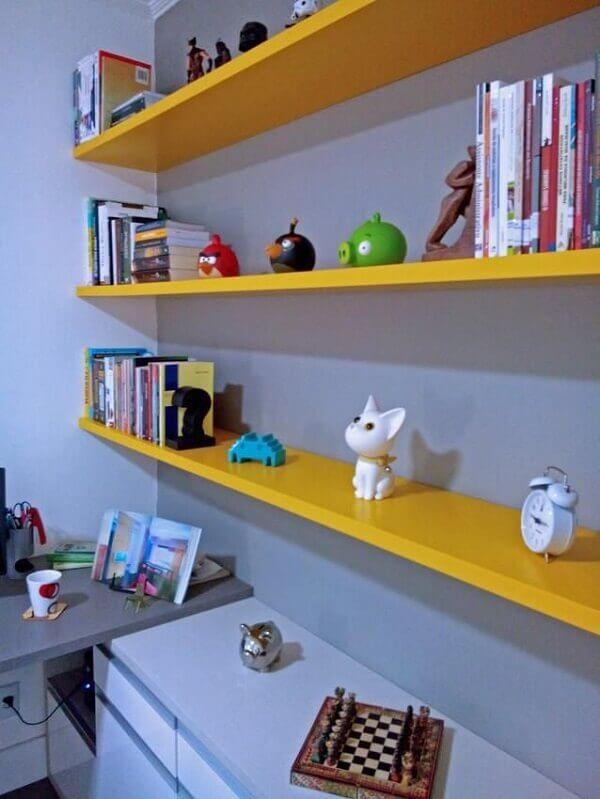 Prateleiras para quarto amarelo home office