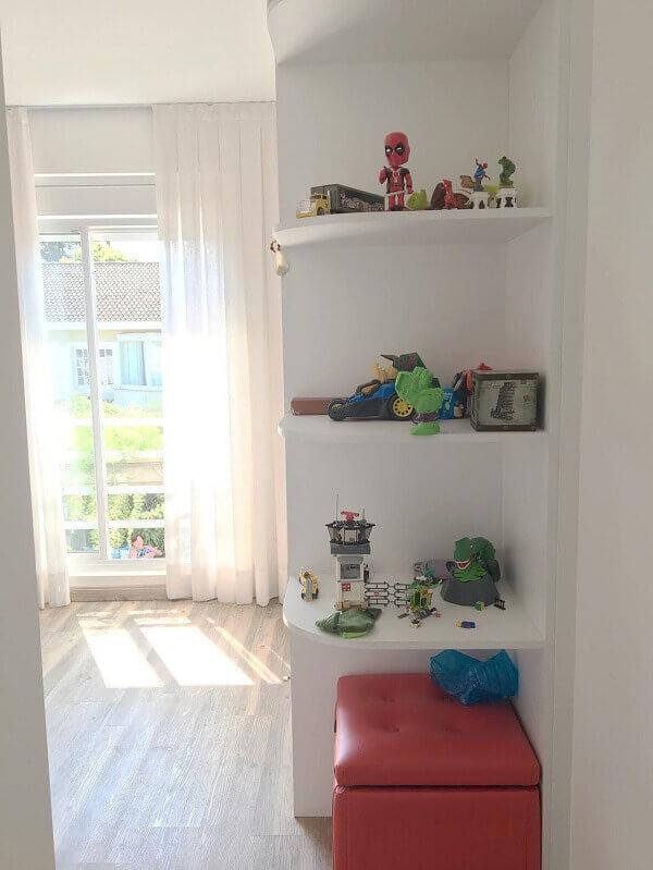 Prateleiras para quarto de menino com puff vermelho