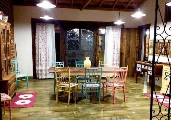 Projetos de casas de campo com uso de móveis de madeira Projeto de Marta Lilianne Grucci