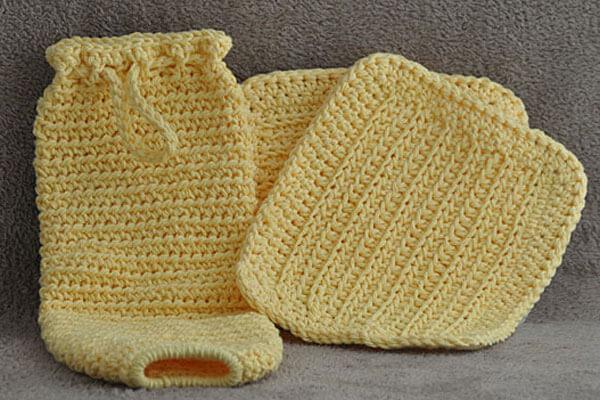 Puxa saco em crochê amarelo claro com jogo de mesa combinando