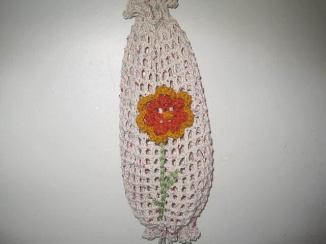 Puxa saco em crochê branco com detalhe de flor