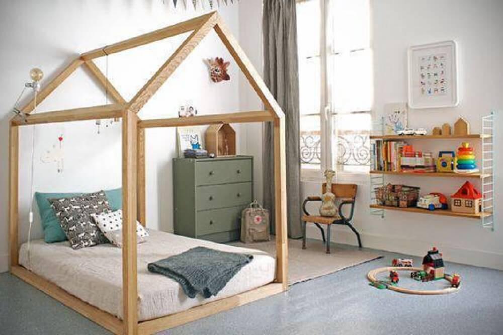 10. Quarto com cama montessoriana de carpete de madeira cinza