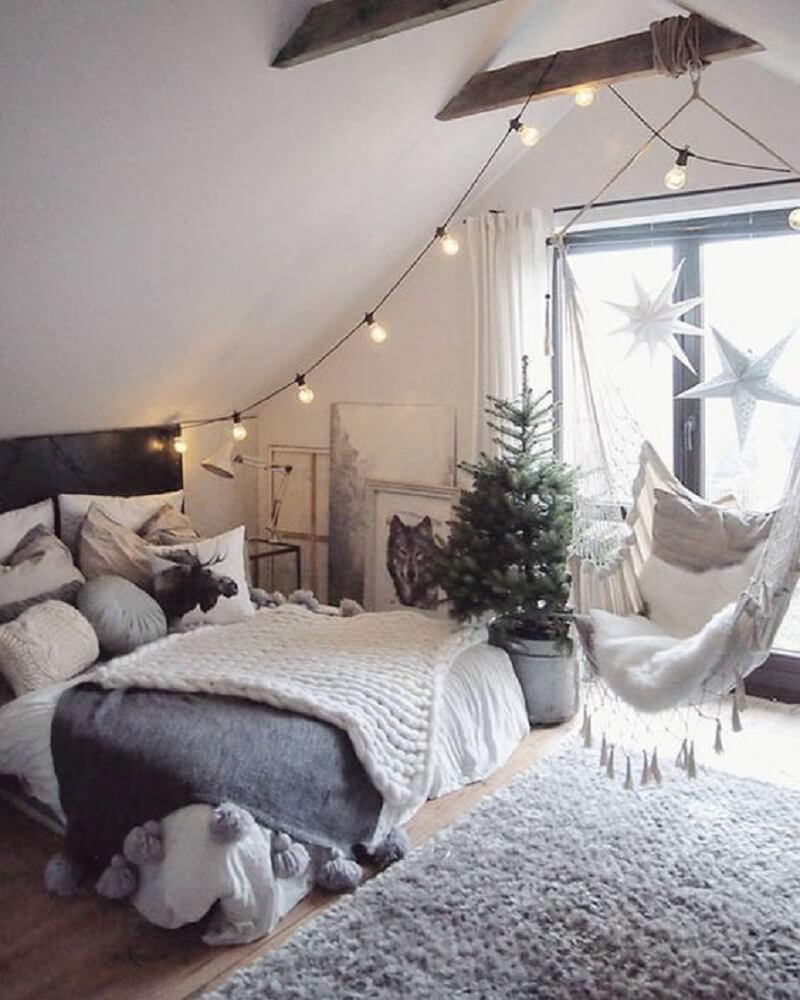 29. Linda decoração de quarto de casal tumblr com pisca piscas, balanço e planta.
