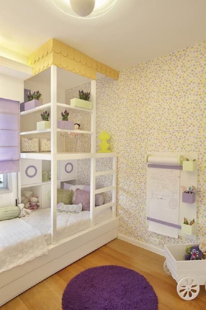 39. Quarto de menina tumblr com papel de parede de bolinha em tons de lilás e amarelo