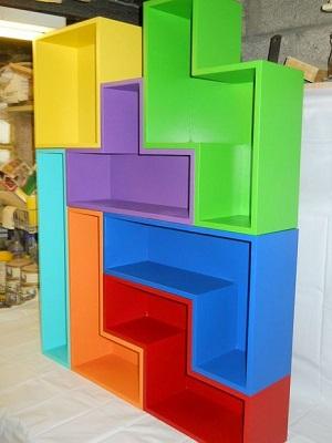 Quarto gamer com móvel inspirado em tetris