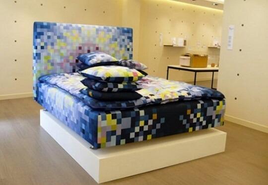 Quarto gamer com roupa de cama pixelada