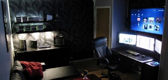 Quarto gamer com setup de várias telas e cadeira ergonômica