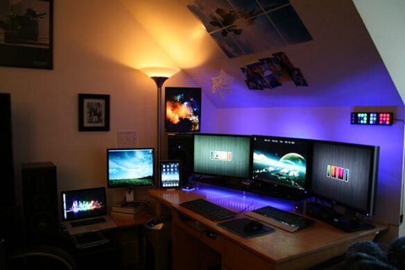 Quarto gamer com setup incrível de computadores