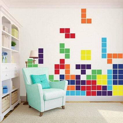 Quarto gamer com tetris na parede